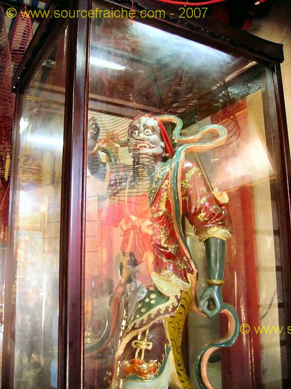 Hoi_An-Temple_Quan_Cong-Statue.JPG