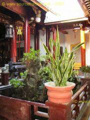 Hoi_An-Temple_Quan_Cong-Patio.JPG