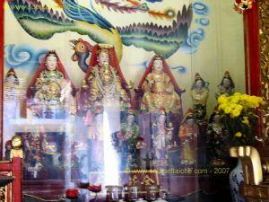 Hoi_An-Temple_Quan_Cong-Statues_Femmes.JPG
