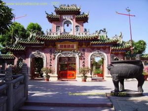 Hoi_An-Temple_Quong-2eme_Portique.JPG