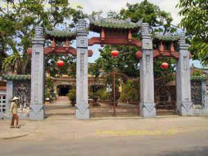 Hoi_An-Temple_Quong-Portique.JPG